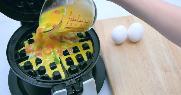 Она просто разбила яйцо в вафельницу. Увидев, что из этого получилось — ты будешь делать так всегда!
