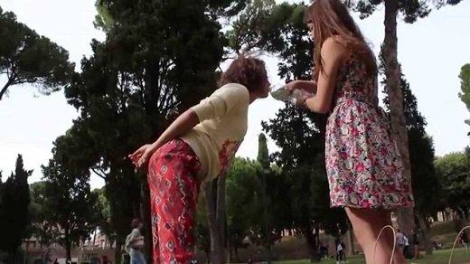 девочки пьют воду