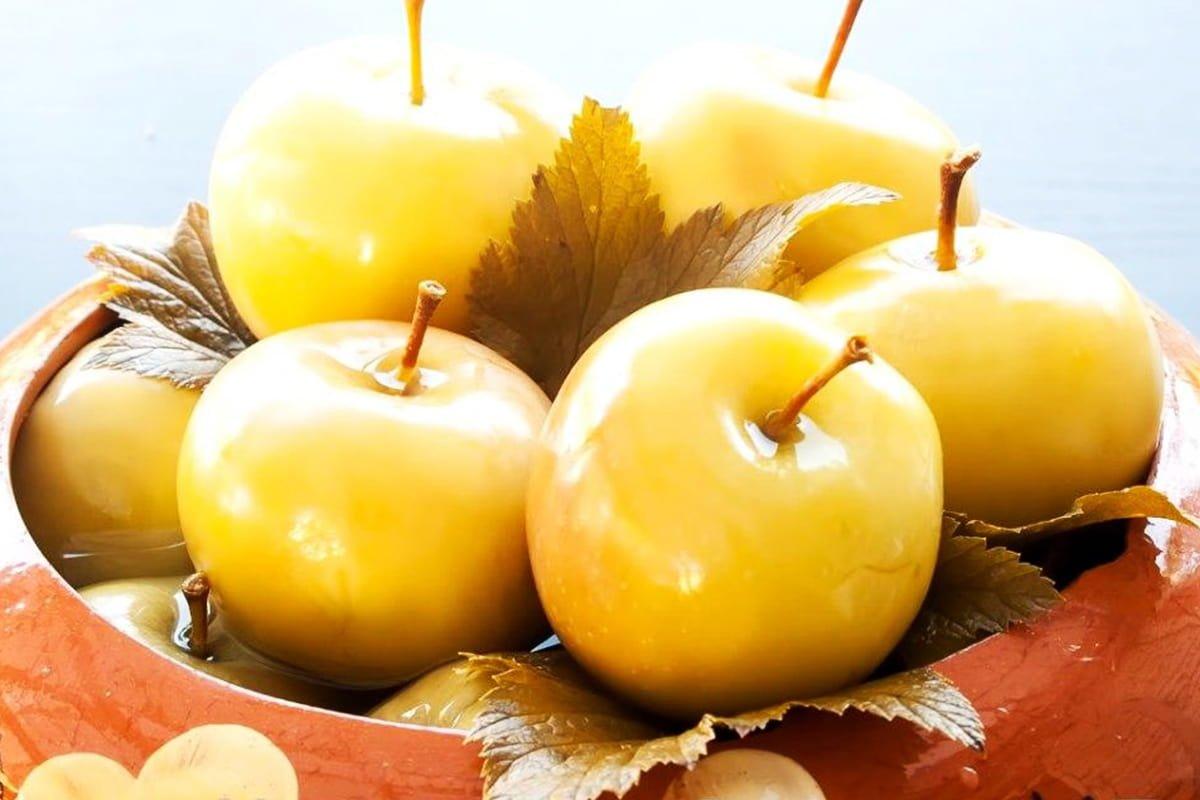 Как мочить яблоки на зиму в ведре и в банках