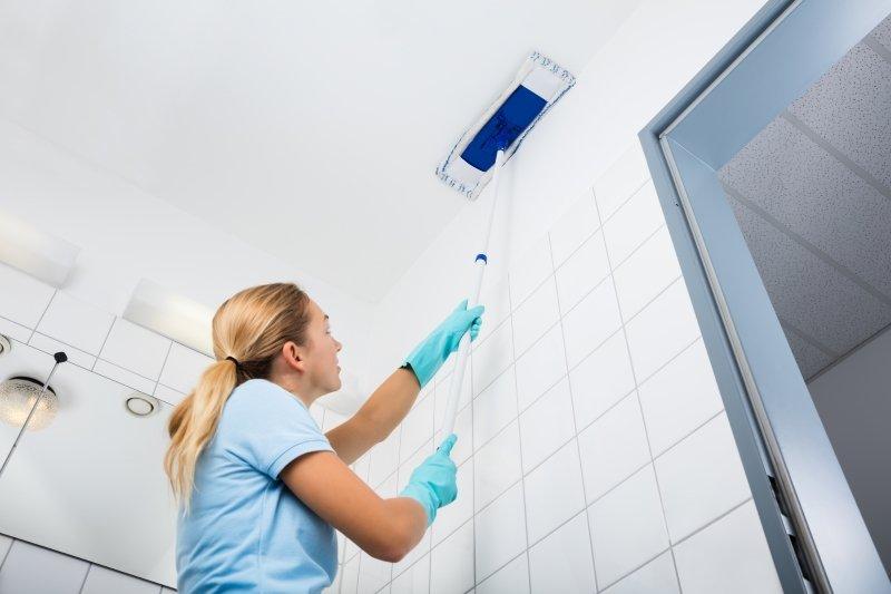 как помыть натяжной потолок без разводов