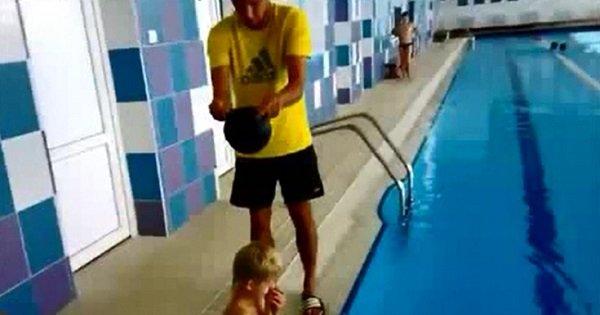 Такого способа надевания шапочки для плавания ты еще не видел! И удобно, и смешно!