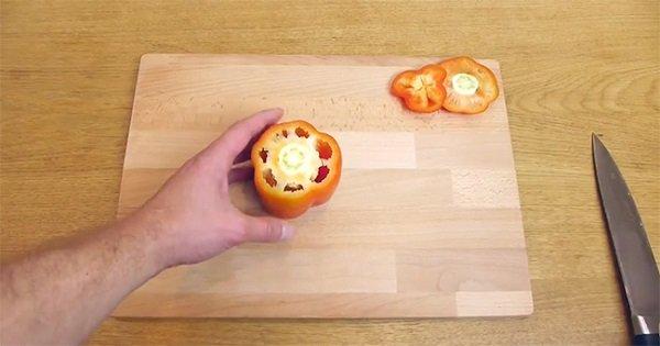 Не любишь возиться с болгарским перцем? Этот способ покажет тебе, как нарезать овощ в два счета.