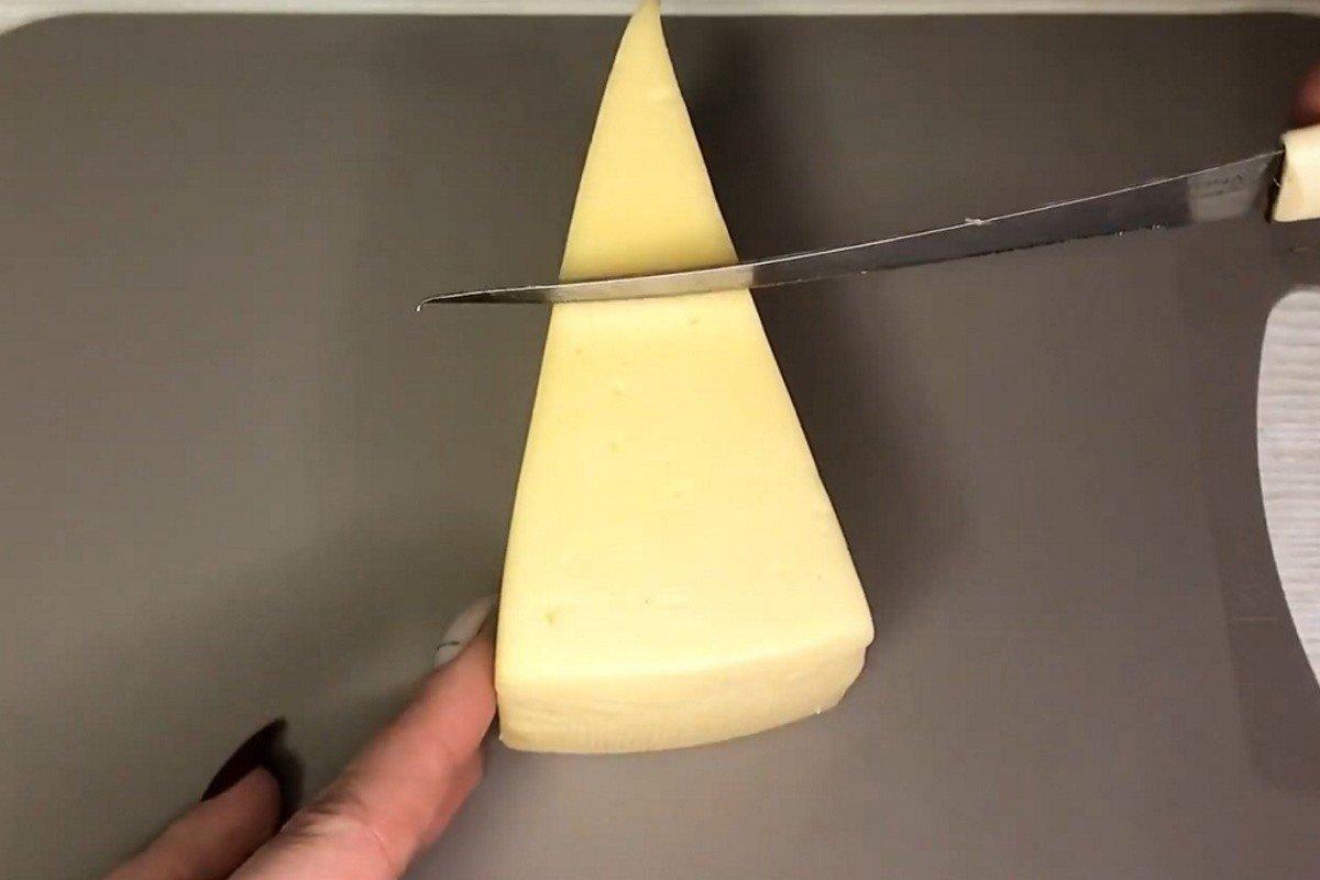 как нарезать сыр треугольниками