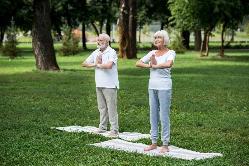 пожилая пара медитирует