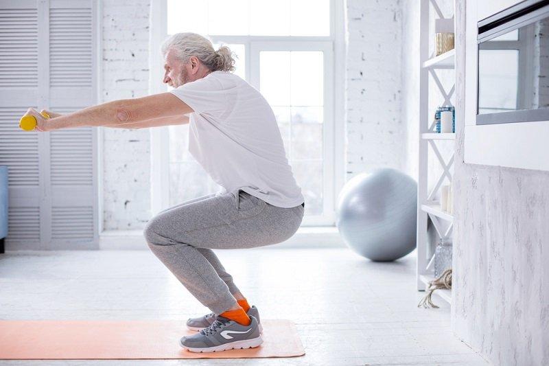 пожилой выпоняет упражнения