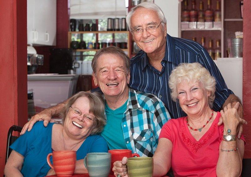 пожилые люди веселятся