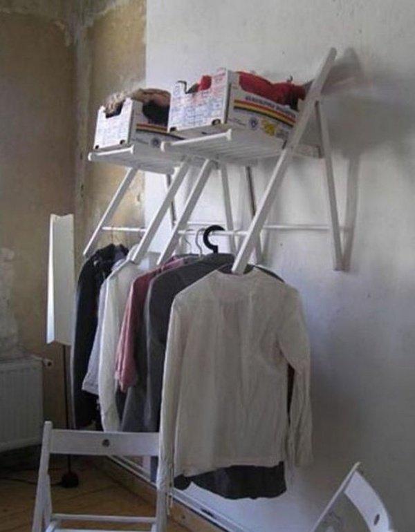 раскладной стул на стене
