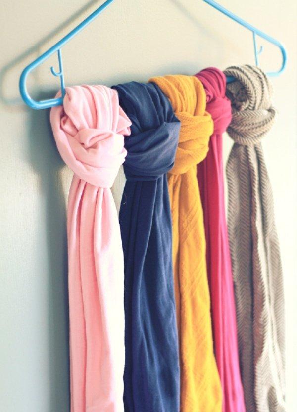 шарфики на вешалке