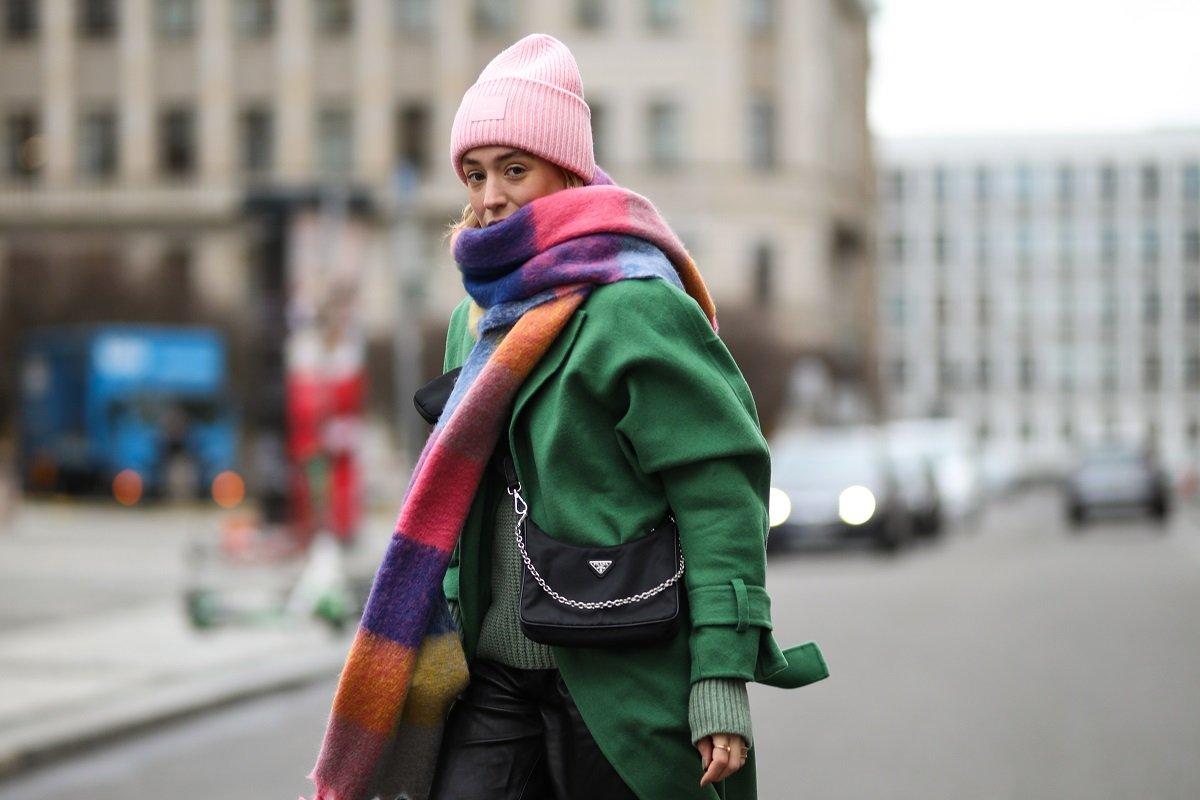 как носить большой шарф с пальто