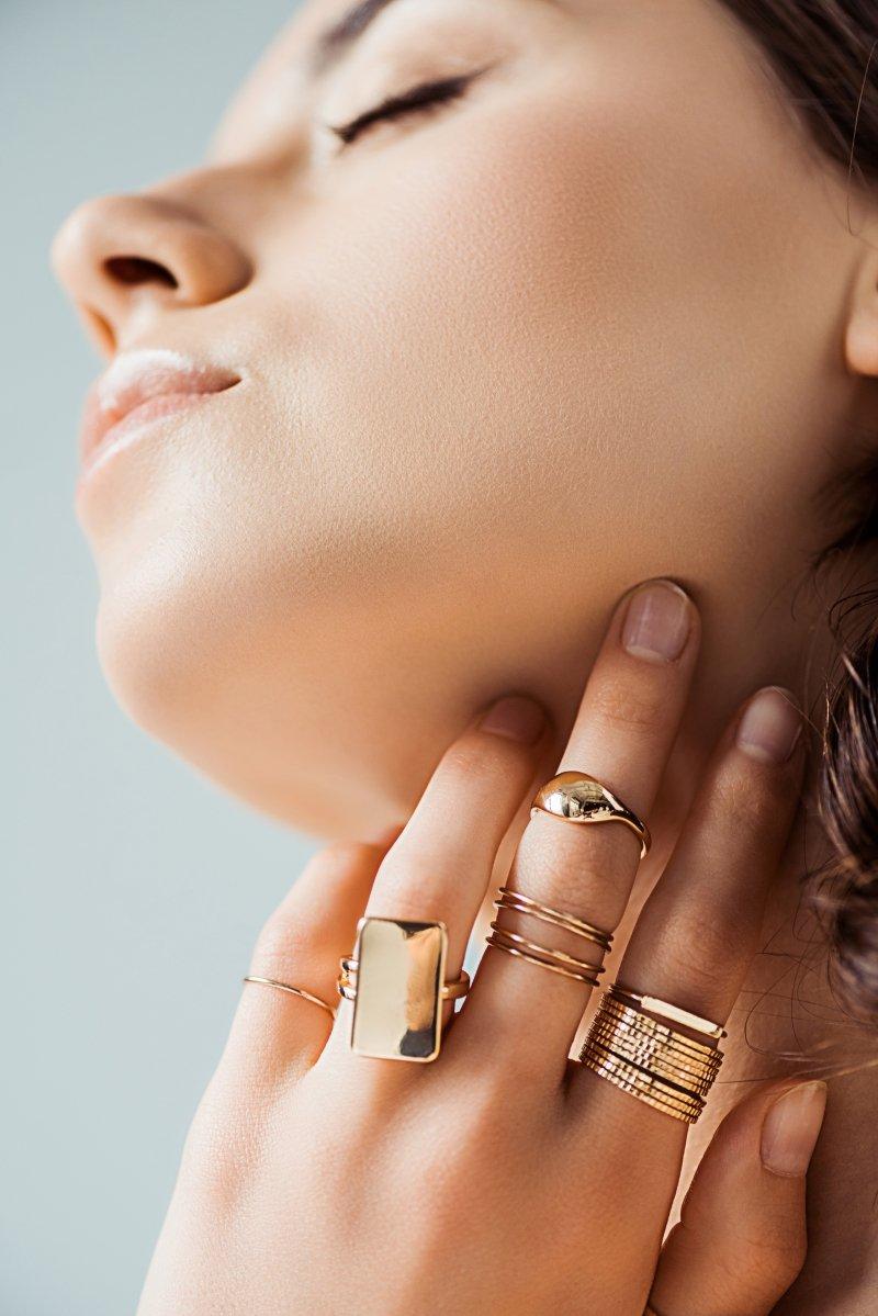 с чем носить кольцо из белого золота