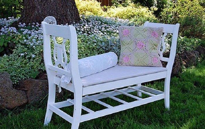 дачная скамейка из старых стульев