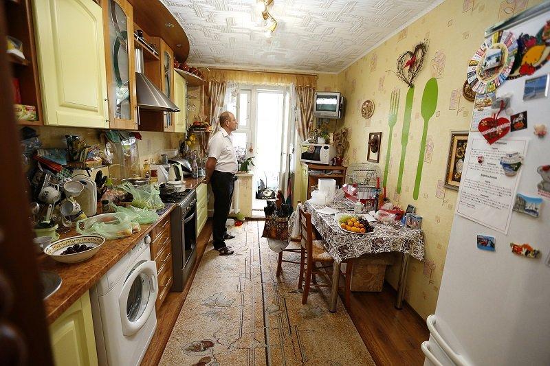 как обустроить кухню с окном посередине