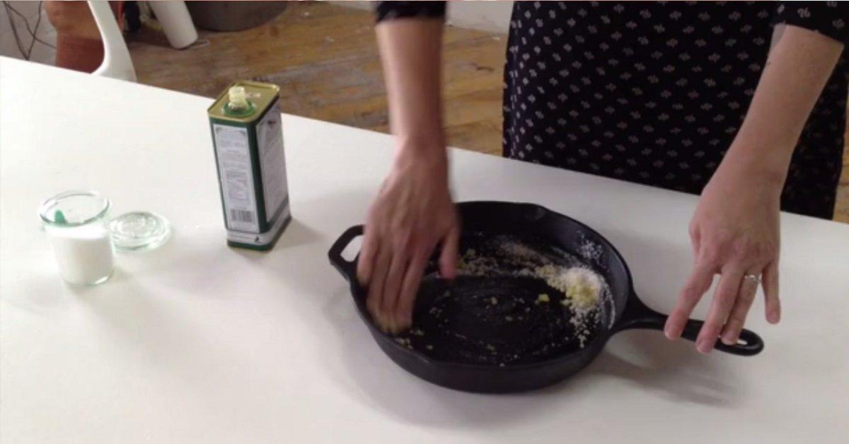 10-секундный трюк, который сделает твою сковороду блистательно чистой!