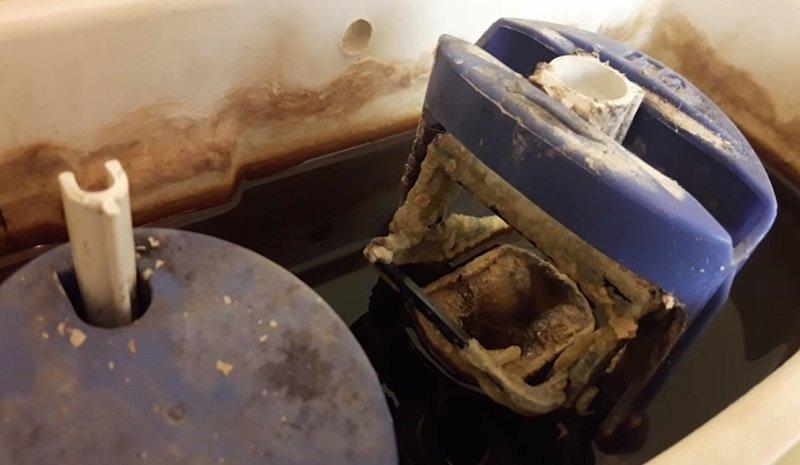 как очистить бачок унитаза