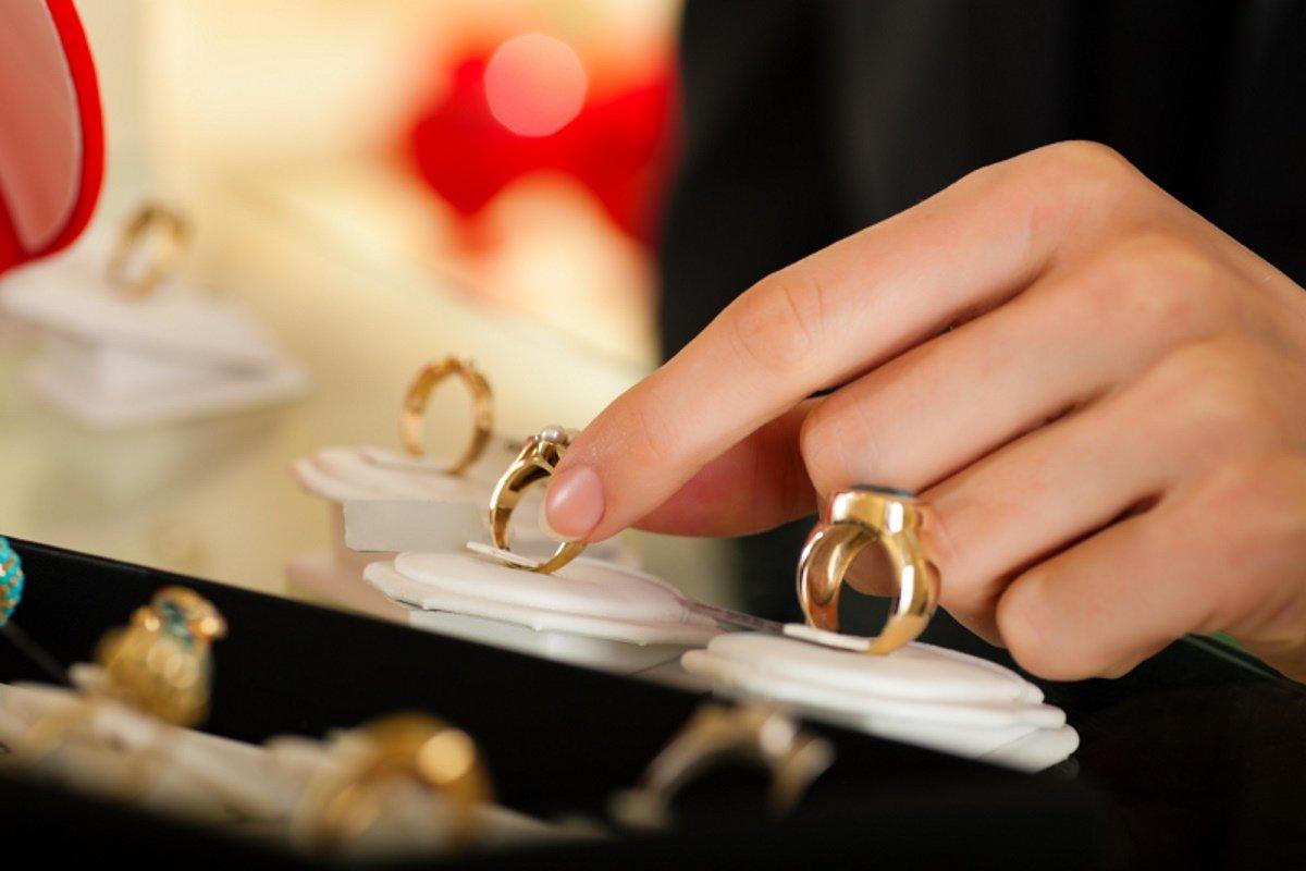 Продавщица ювелирного магазина показывает, как быстро определить размер кольца на палец