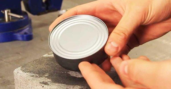 Замечательный трюк, который не раз тебя выручит: как открыть консервную банку без ножа.