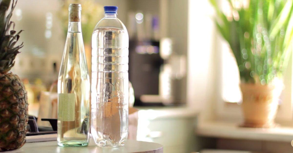 Гениальный лайфхак, который поможет тебе открыть бутылку вина, если под рукой нет штопора!