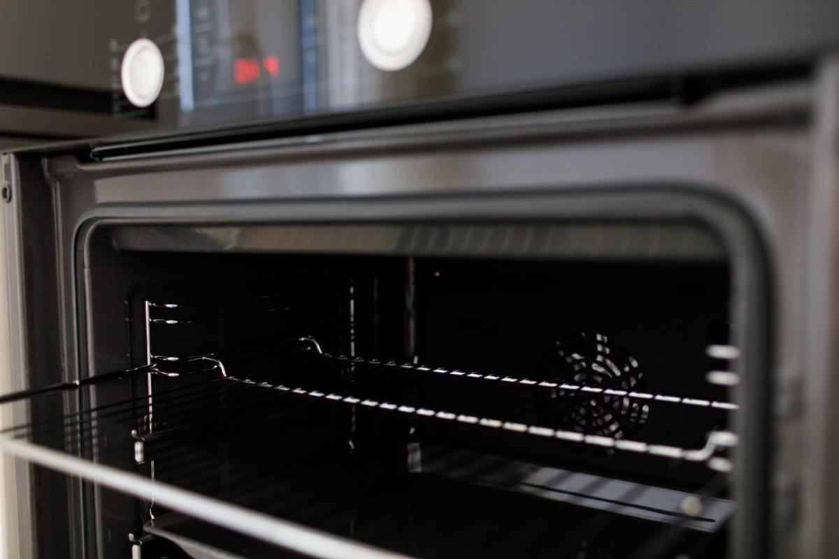 Как вернуть блеск стеклу духовки, отмывая копоть и склизкий налет