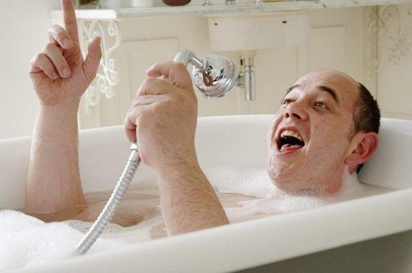 мужчина поет в ванной