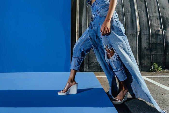 как переделать джинсы в комбинезон
