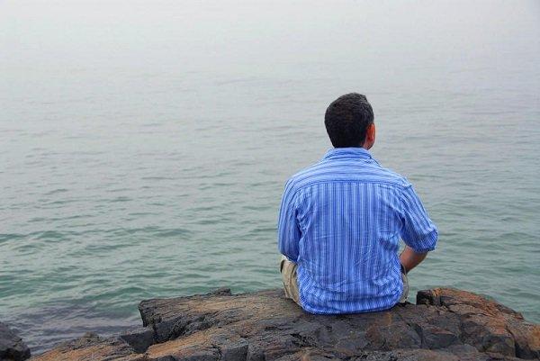 мужчина у моря