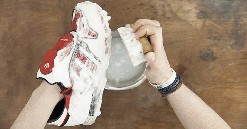 Чистить белые кроссовки в домашних условиях