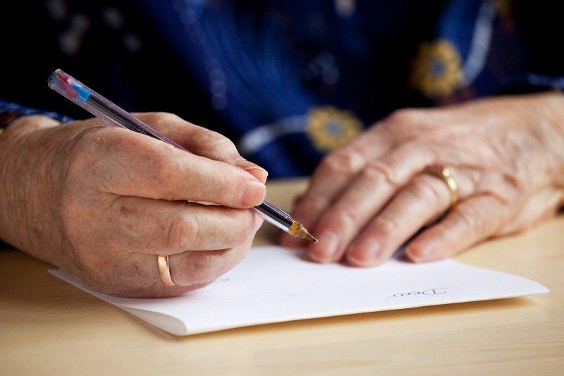 женщина пишет письмо