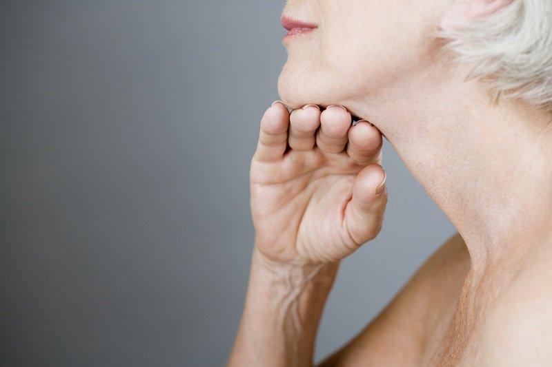 ako utiahnuť pokožku krku a dekoltu
