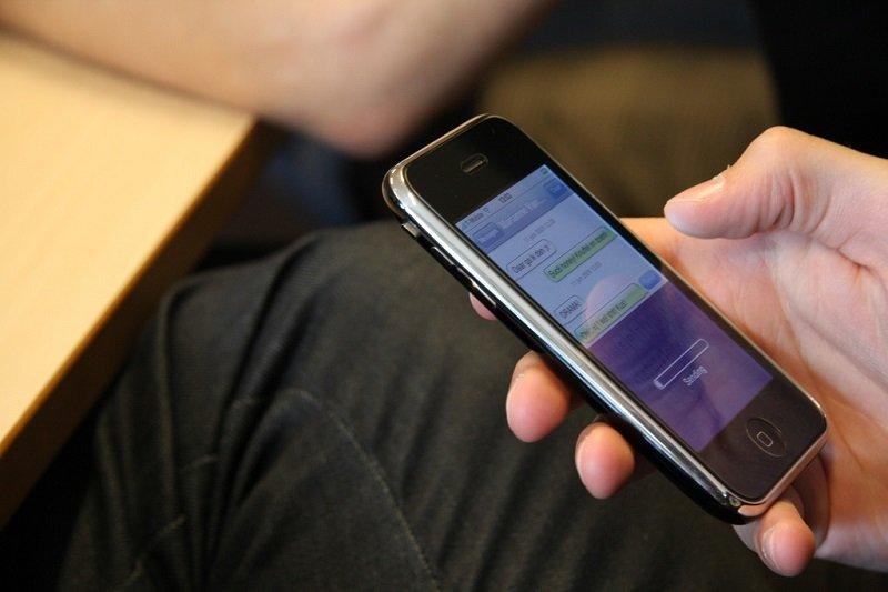 почему нельзя спать с мобильным телефоном