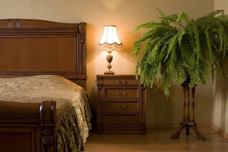 куда лучше поставить кровать в спальне