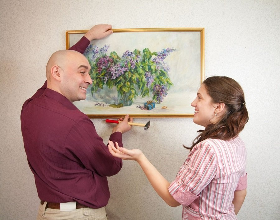 как повесить картину на стену