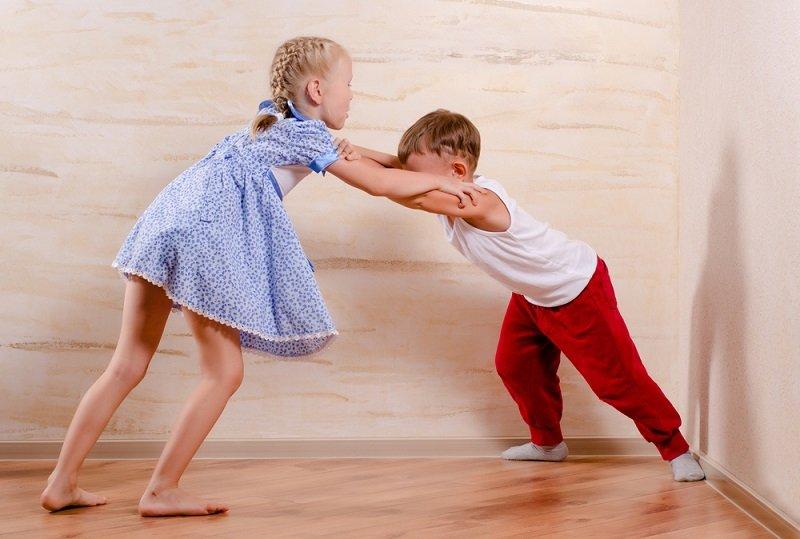 брат с сестрой играют