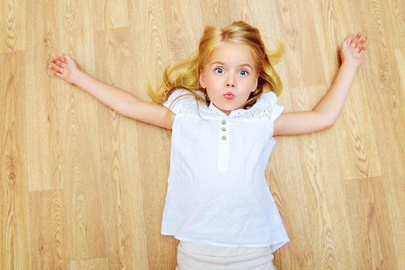девочка на линолеуме фото