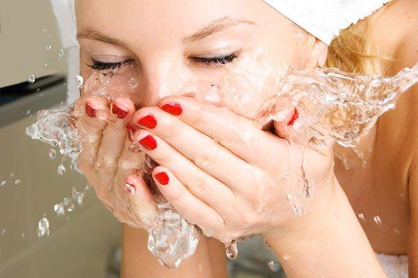 девушка умывает лицо
