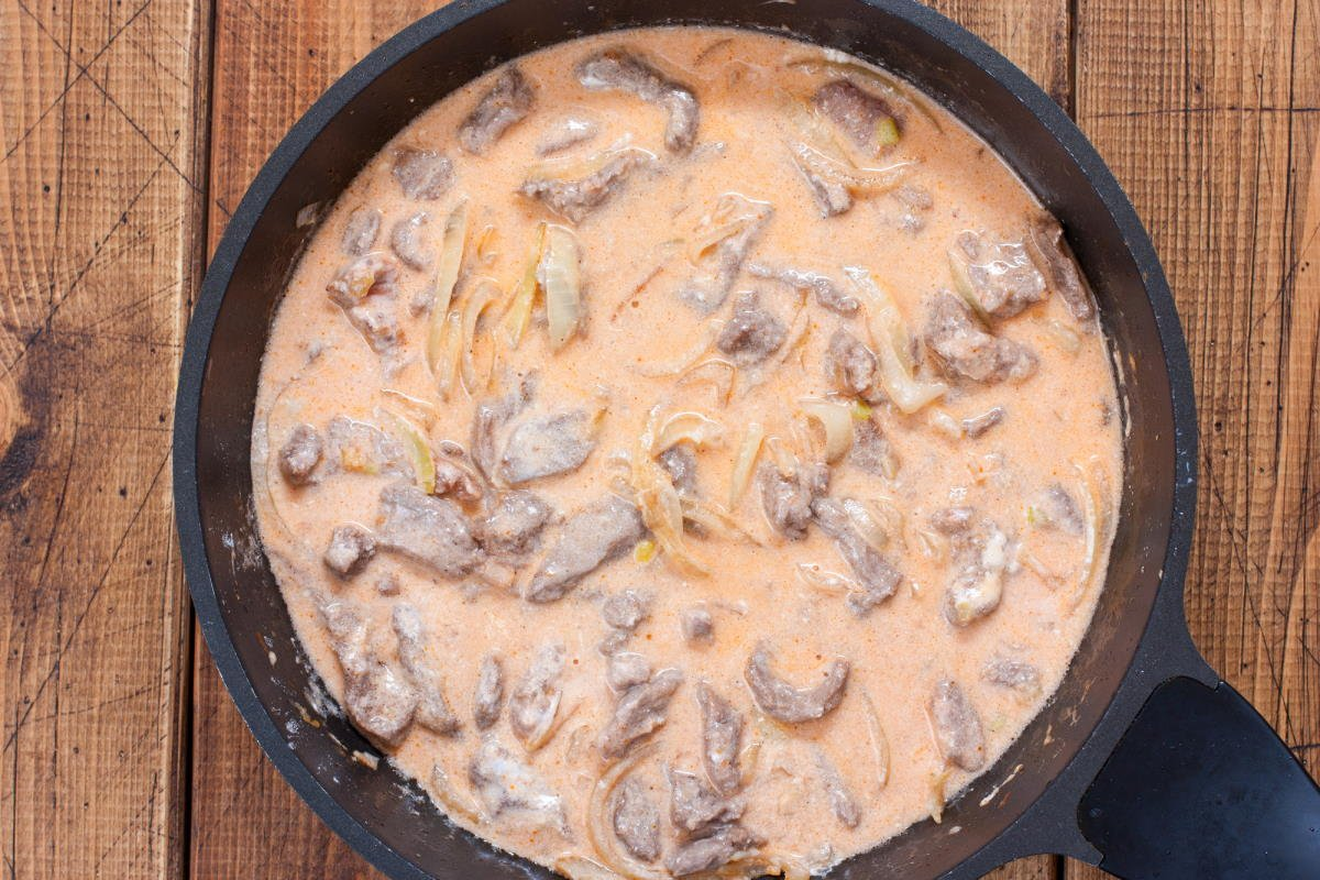 Как приготовить мясо с грибами в сметанном соусе