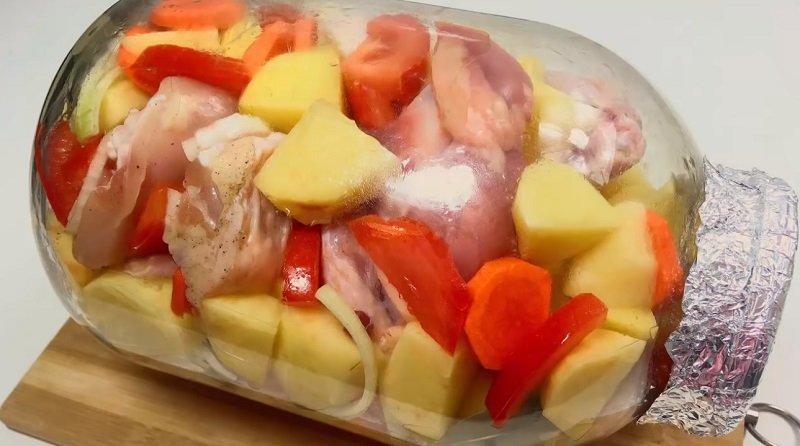 курица в банке с картошкой