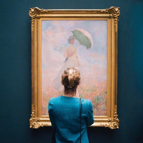 девушка смотрит на картину