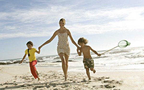 мама и дети на пляже