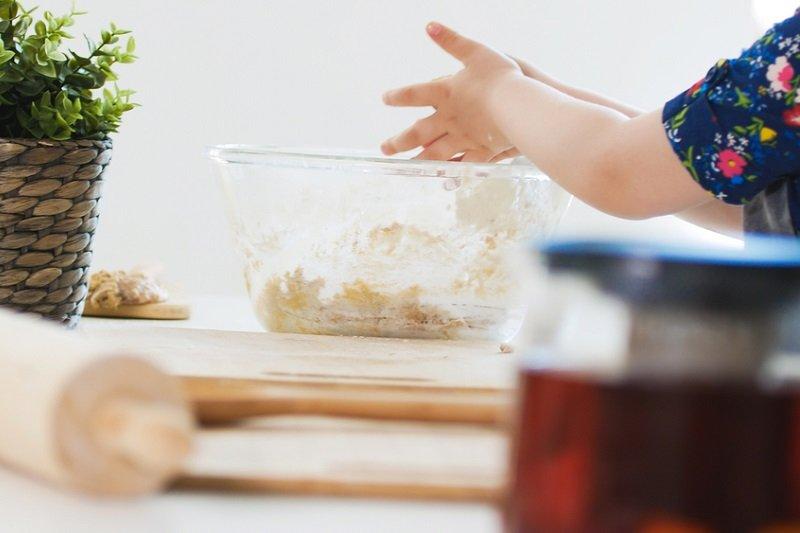 дівчинка готує тісто