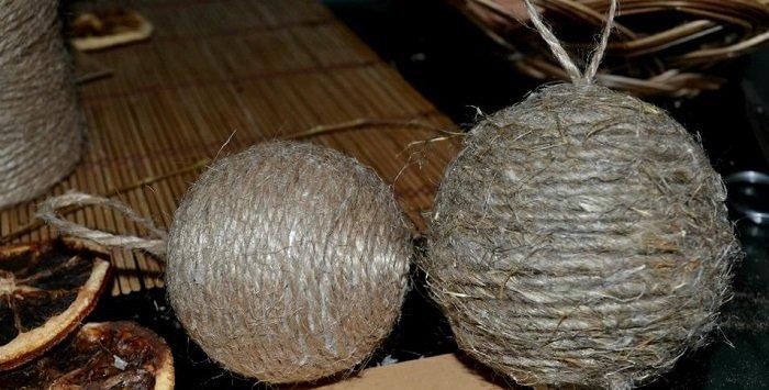 как сделать елочную игрушку из ниток и клея