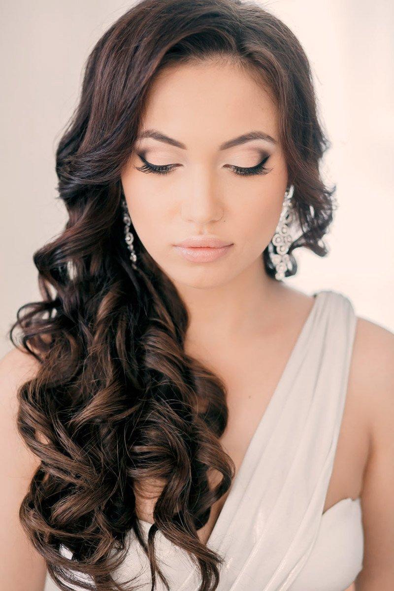 Девушка прической на бок с длинными волосами фото