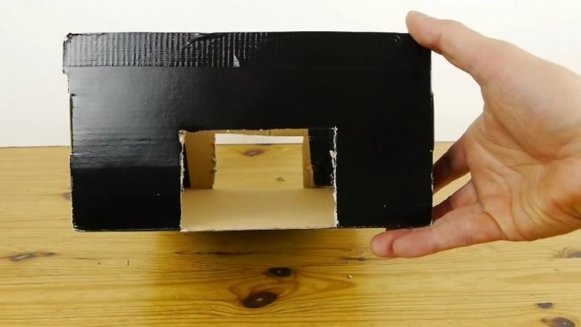 вырезы в картонной коробке