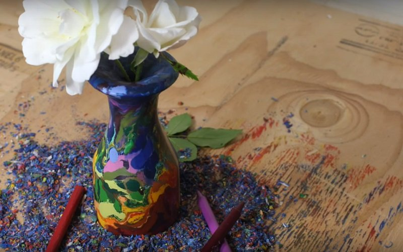 ваза из восковых мелков