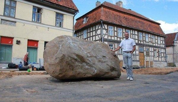 мужчина возле камня