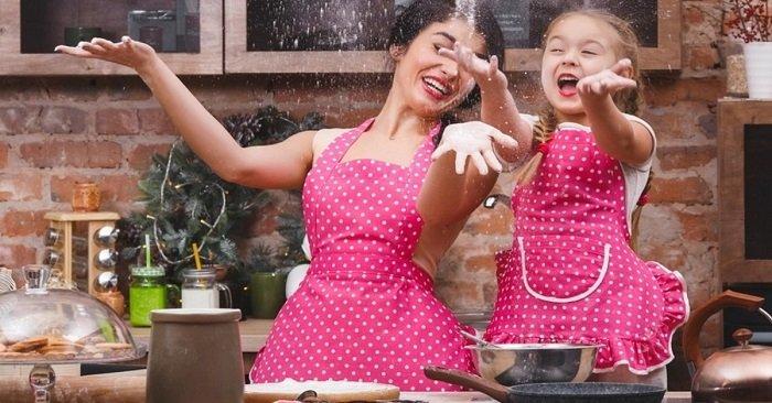 Как сшить оригинальный фартук для кухни из старой одежды