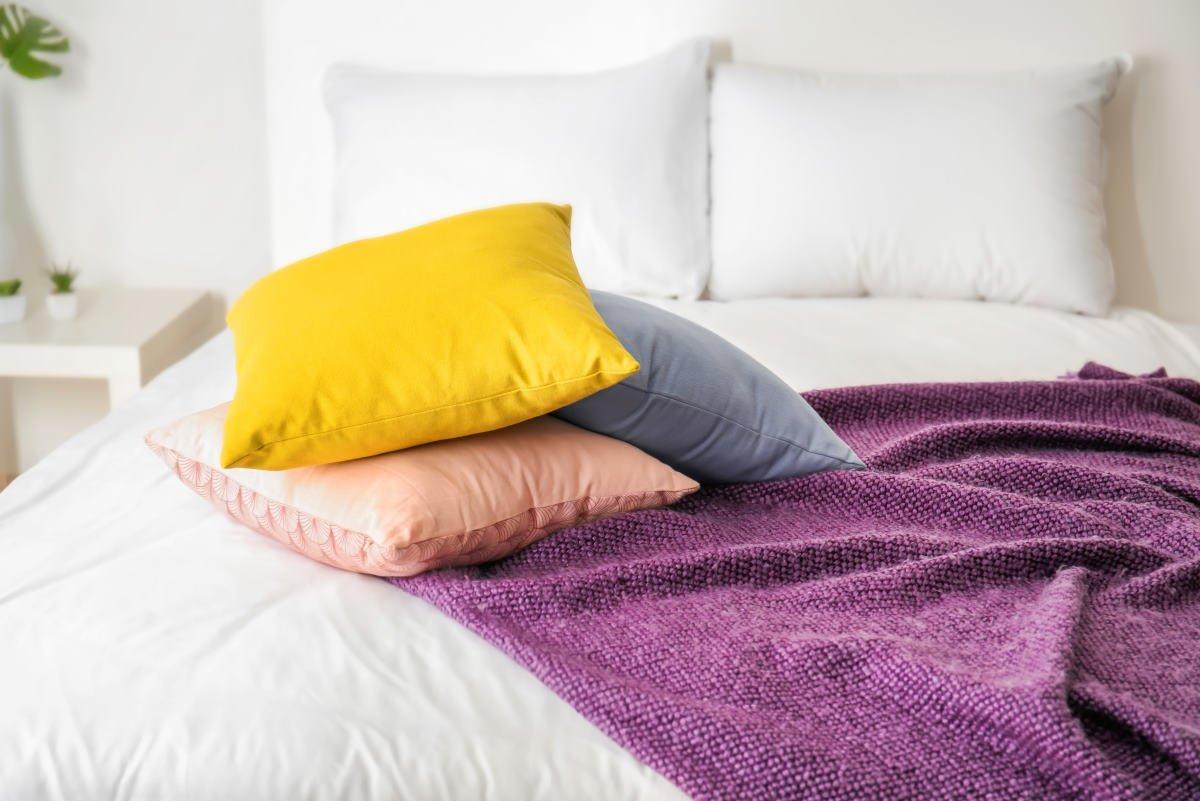 как стирают перьевые подушки в химчистке