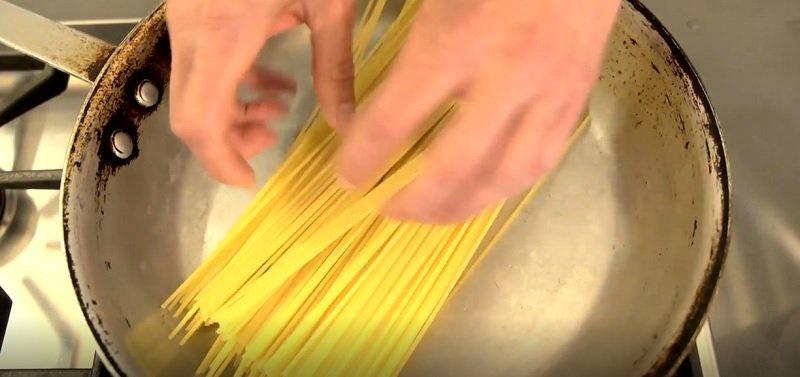 как сварить спагетти в сковородке