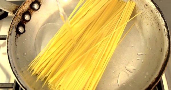 Самый необыкновенный способ приготовления спагетти.  Всего одно маленькое изменение…