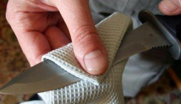 вытирает нож