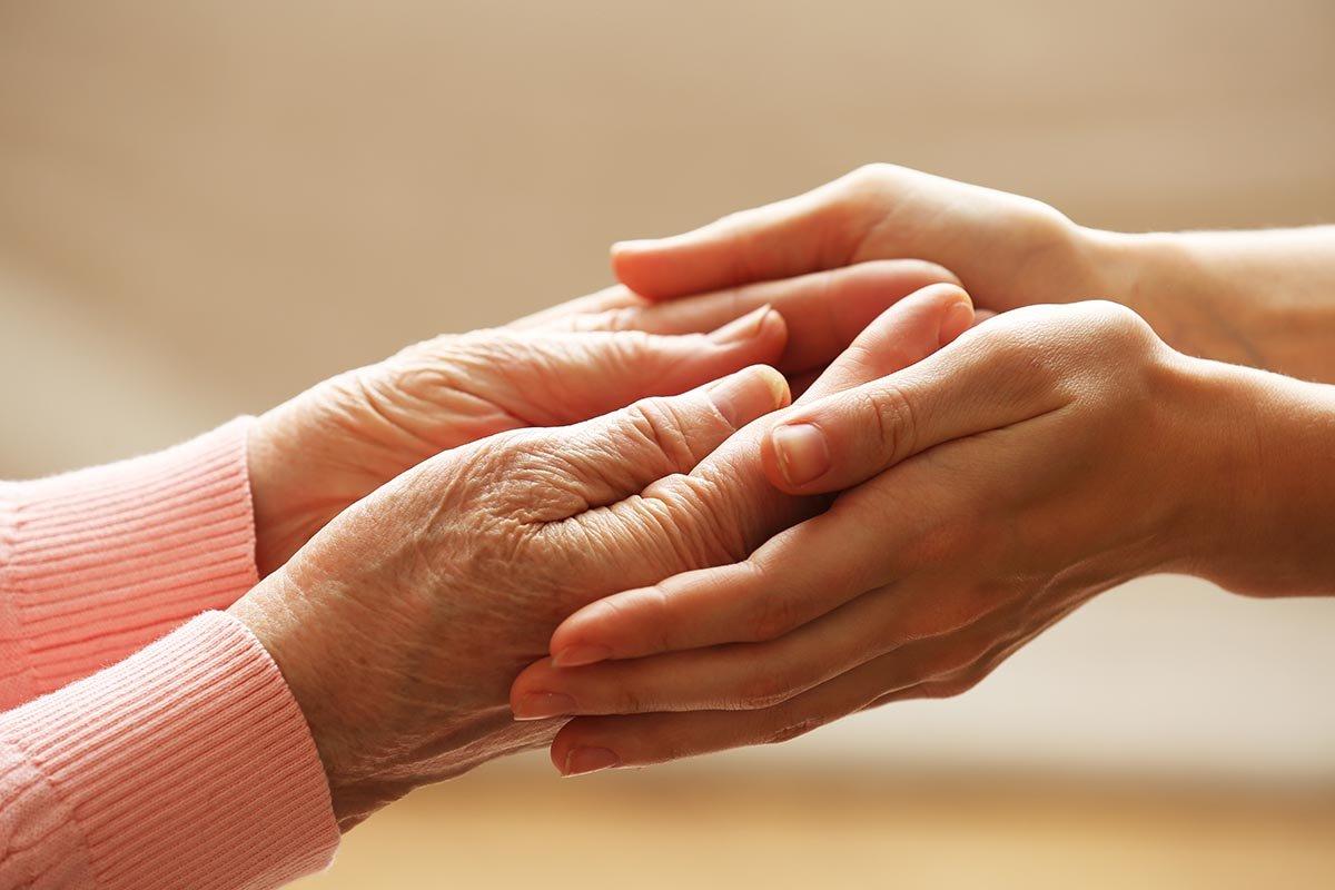 Бабушкины подсказки о том, как жить, чтобы руки не старели раньше лица Здоровье,Советы,Ванночки,Кожа,Крем,Масло,Процедура,Руки,Сухость,Травы,Увлажнение,Уход